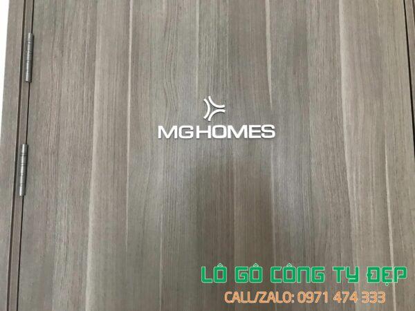 Lô gô công ty inox chân mica trong gắn backrop gỗ